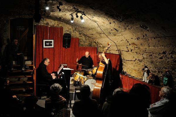 Piero iannetti, photo de concert en club de jazz, avec Frédéric Chopin jazz project, à  la Gaude, jazz sous les Brigaradiés.