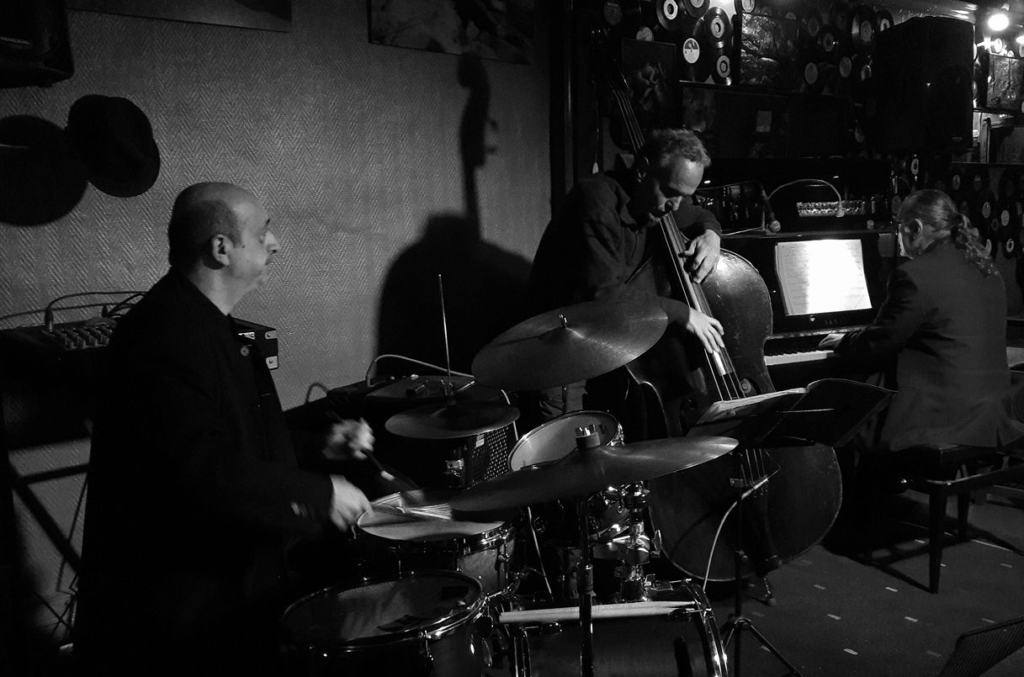 Piero iannetti, photo de concert en club de jazz, avec Frédéric Chopin jazz project, à le Jam, marseille.